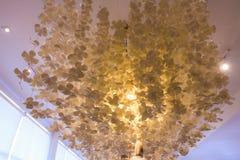 枝形吊灯,垂悬,由纸制成,是许多花形状,美丽的花 库存照片