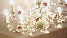 枝形吊灯 水晶枝形吊灯在屋子里发光垂悬从天花板 股票视频