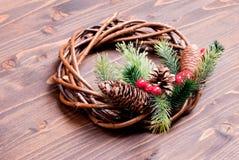 枝杈和锥体圣诞节花圈有杉木针的在褐色的 库存照片