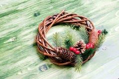 枝杈和锥体圣诞节花圈有杉木针的在绿色的 免版税图库摄影