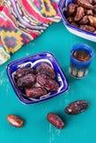 枣椰子和中东茶在木背景 免版税库存图片