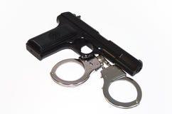 枪和手铐 免版税库存照片