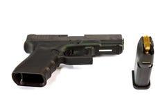 枪和枪杂志和子弹孤立 库存照片