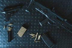 枪和步枪顶视图用子弹在桌上 库存图片