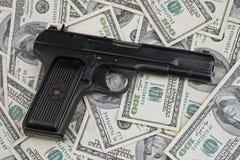 枪和金钱 免版税库存照片