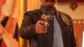 枪在一只男性手上 影视素材