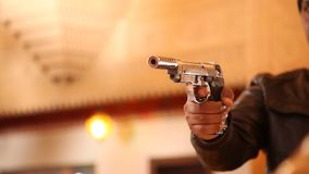 枪在一只男性手上 股票录像