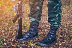 枪徒步军队,特攻队战士军事起动线伪装制服的泰国 免版税库存照片