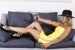 枪性感的妇女 免版税库存图片