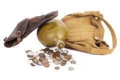 枪烧瓶和有些硬币 免版税库存照片