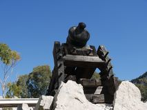 枪独特地设计射击有一个角度在墙壁和城垛下在直布罗陀的岩石 它称消沉枪和 免版税库存照片