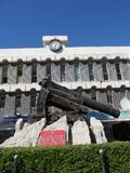 枪独特地设计射击有一个角度在墙壁和城垛下在直布罗陀的岩石 它称消沉枪和 库存图片