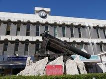 枪独特地设计射击有一个角度在墙壁和城垛下在直布罗陀的岩石 它称消沉枪和 免版税图库摄影