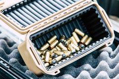 枪的子弹在一个塑料盒 库存图片