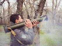 从枪榴弹发射器击中的人 免版税库存图片