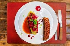 枯萎的鸭胸脯用土豆泥和泡菜在a 免版税库存照片