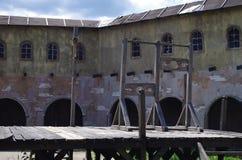 绞架和手铐在中世纪镇 库存照片