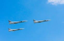 3架图波列夫Tu22M3 (迎火)超音速海罢工轰炸机飞行 库存照片