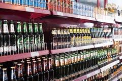 架子用俄国啤酒在普通的东欧熟食店 免版税图库摄影