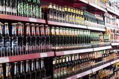 架子用俄国啤酒在普通的东欧熟食店 免版税库存图片