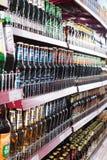 架子用俄国啤酒在普通的东欧熟食店 库存照片