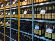 架子用酒在公司商店酿酒厂Massandra 免版税库存照片