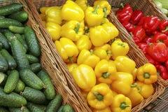 架子的看法与新鲜蔬菜的在超级市场 免版税库存图片