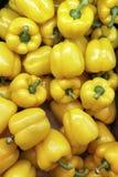 架子的看法与新鲜蔬菜的在超级市场 免版税库存照片
