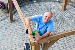 架设一个新的木眺望台的友好的人 库存图片