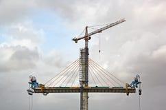 架设缆绳停留了过程中的桥梁 免版税库存图片