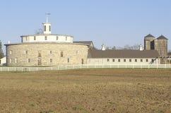 柏克夏小山的18世纪石圆的谷仓,振动器村庄, Pittsfield, MA 免版税图库摄影