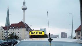 柏林与出租汽车和公共汽车的电视塔实时射击  影视素材