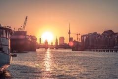 柏林与日落天空的市地平线-河狂欢, Oberbaum Brid 库存照片