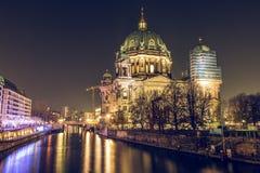 柏林主教座堂在夜和河狂欢里 库存照片