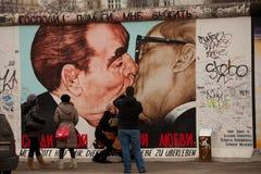 柏林勃列日涅夫graffii昂纳克亲吻墙壁 免版税库存照片