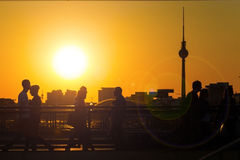 柏林地平线和电视塔在日落 免版税库存图片