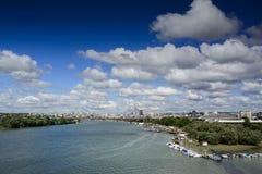 柏林地平线有蓝天日落和交通的城市全景 库存照片