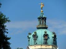 柏林夏洛登堡castel的Green Dome有一个金黄雕象的在上面,德国 库存图片