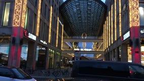 柏林外部平底锅购物中心在入口上的与圣诞装饰、圣诞树和光 股票录像
