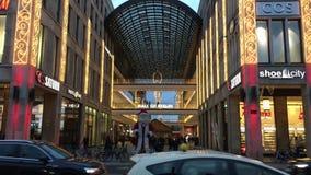 柏林外部购物中心与圣诞装饰、圣诞树和光的 公共汽车和汽车passisng 影视素材