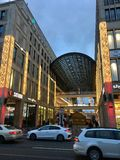 柏林外部购物中心与圣诞装饰、圣诞树和光的 库存照片