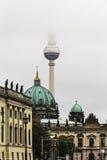 柏林大教堂、电视塔和Zeughaus在有雾的天气的Muesum 免版税库存图片