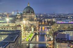柏林大教堂和三座桥梁横跨狂欢河 免版税图库摄影