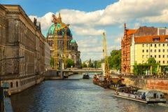柏林大教堂柏林大教堂和河狂欢 柏林德国 堤防,河船 免版税库存照片