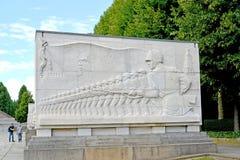 柏林德国 与苏联战士的系统的图象的一个浅浮雕 苏联军用纪念品在Treptov公园 库存照片