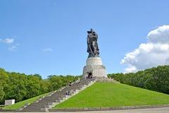 柏林德国 战士救星` s雕塑夏天下午 Treptov公园 免版税图库摄影