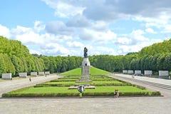 柏林德国 苏联军用纪念品在Treptov公园夏天下午 库存图片