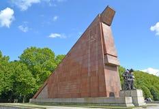 柏林德国 追悼的战士的雕塑关于被降下一点花岗岩旗子的 Treptov公园 免版税库存照片