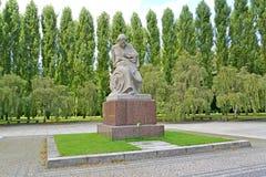 柏林德国 雕象追悼的母亲在Treptov公园 免版税库存照片