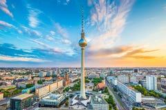 柏林有著名电视塔的地平线全景在日落的Alexanderplatz 图库摄影
